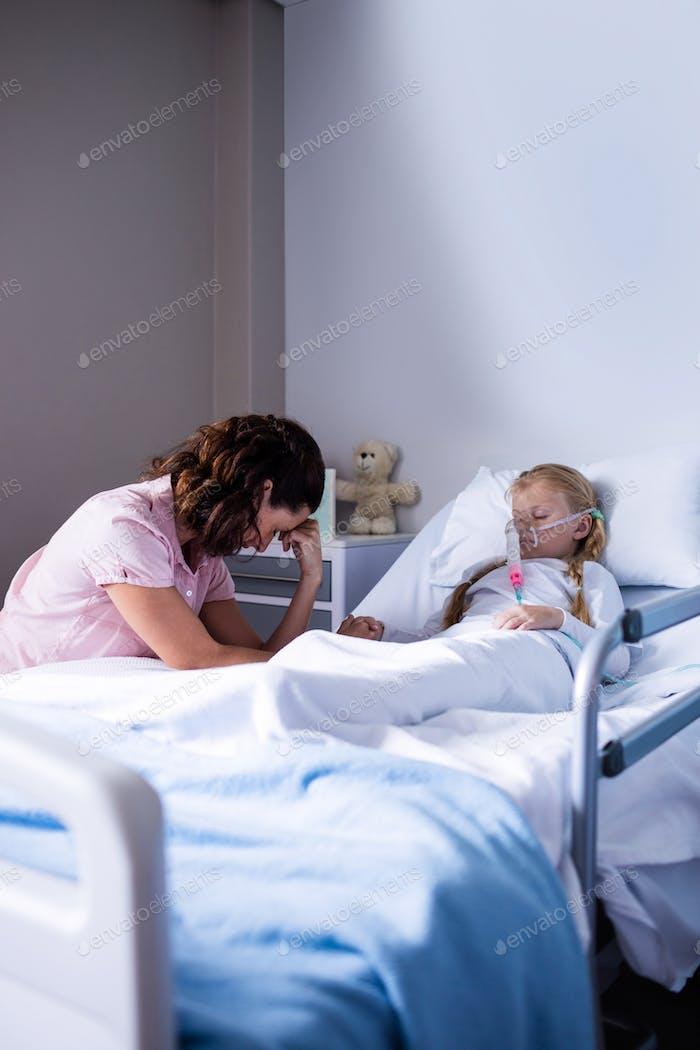 Trauriger Arzt sitzt mit Patienten