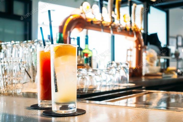 Cocktails Trinkglas in der Bar