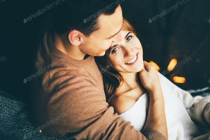 Glückliches junges Paar verbringen Zeit zusammen, umarmen und küssen sich gegenseitig.