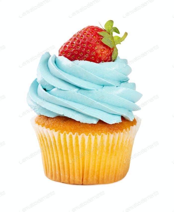 Cupcake mit frischen Erdbeeren und blauer Sahne