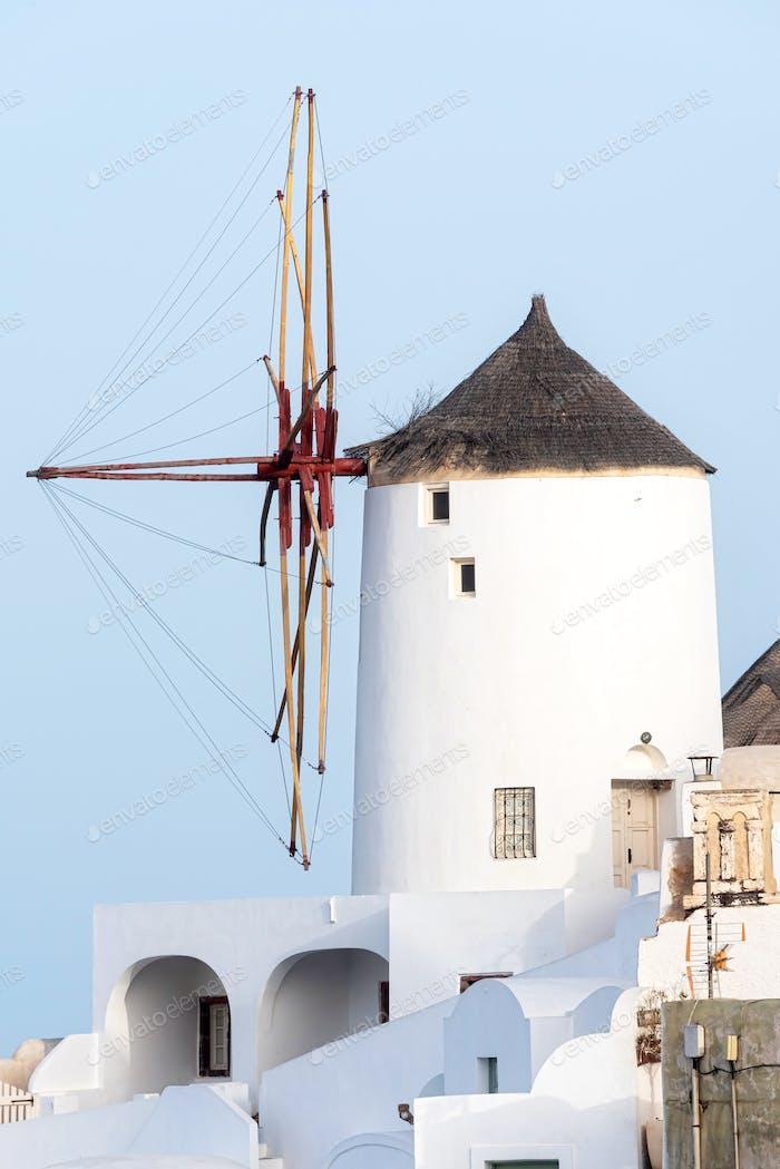 Windmühle bei Sonnenuntergang in Santorin, Griechenland