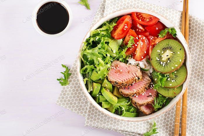 Traditioneller Salat mit Stücken von mittelseltenem gegrilltem Ahi Thunfisch und Sesam