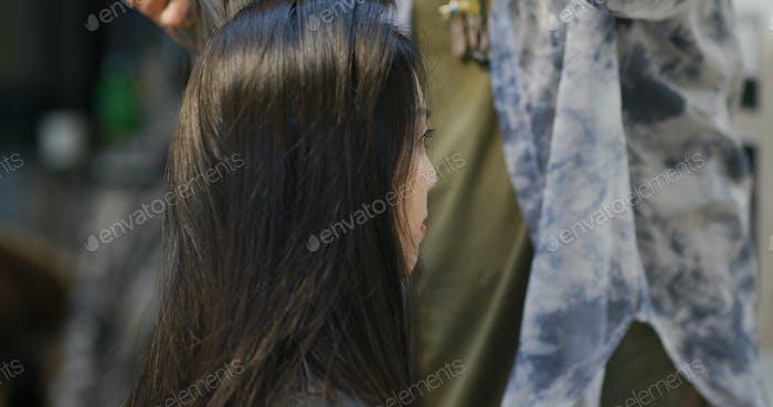 Frau Haare im Schönheitssalon geschnitten