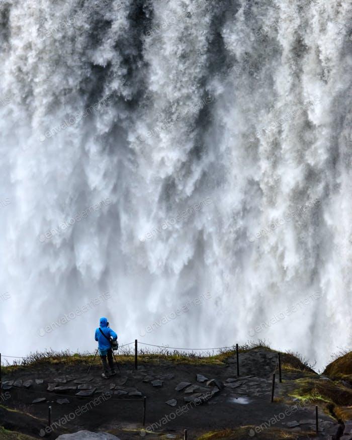 Turístico solitario cerca de la cascada Gorgeus Dettifoss
