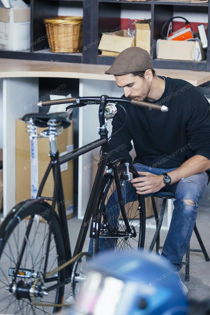 Mann in Kappe Messungen von Fahrrad
