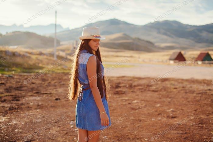 sexy mujer viajar campo solo