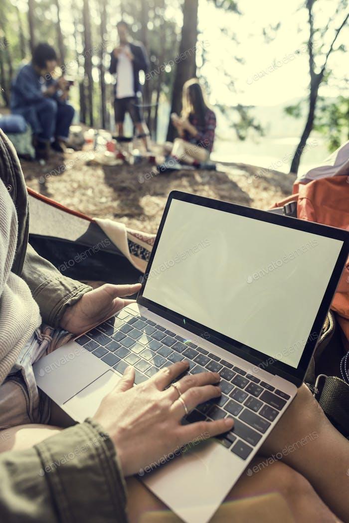 Mädchen Typing Laptop Kopie Raum Konzept