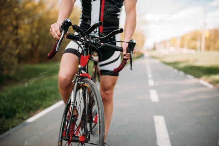 Radfahrer in Helm und Sportbekleidung, Fahrradtraining