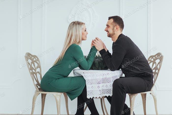 Mann und Frau mit Weingläsern auf weißem Hintergrund im Restaurant. valentines Abendessen