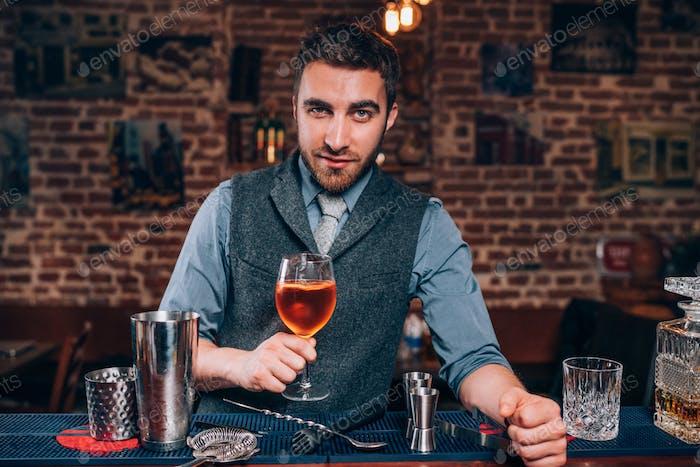 Experte Barkeeper präsentiert Signature Drink in der lokalen Pub, Bar oder Restaurant