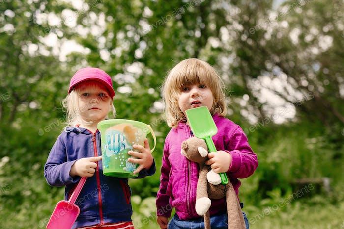 Porträt von Mädchen mit Gartenspielzeug