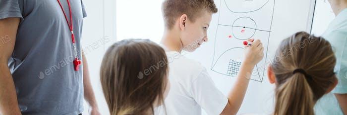 Junge plant die Taktik