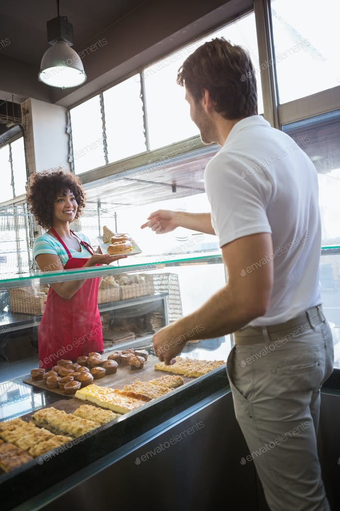 Hübsche Kellnerin geben Essen an Kunden in der Bäckerei