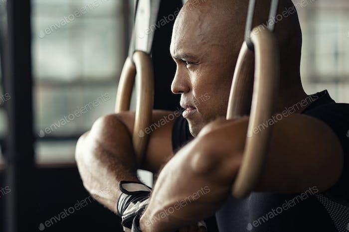 Entschlossener Mann, der eine Pause im Fitnessstudio macht