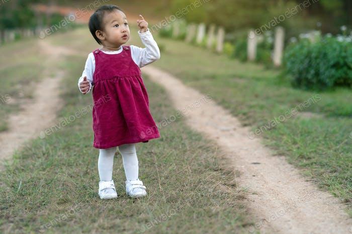 Asiatisches Mädchen im Wald, Kinder- und Familienkonzept