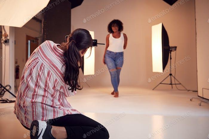 Modell posiert für weibliche Fotograf In Studio Portrait Sitzung