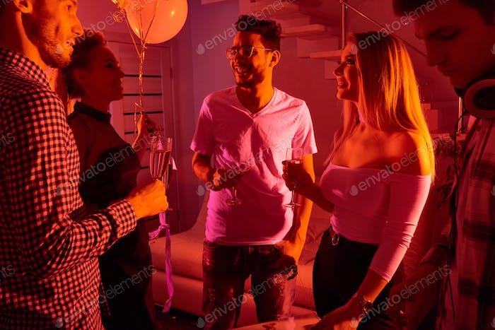Leute reden auf der Party