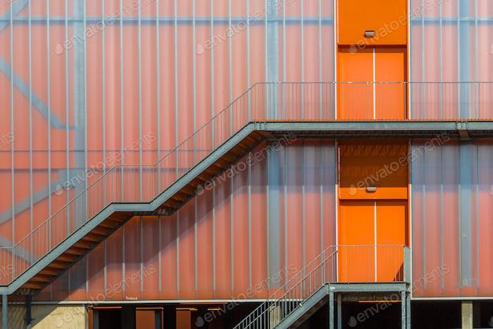 Modernes orangefarbenes Gebäude außen
