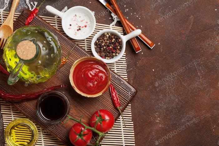 Set mit verschiedenen Saucen