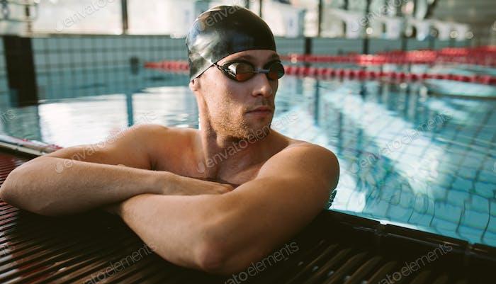 Professionelle männliche Schwimmer ruhen