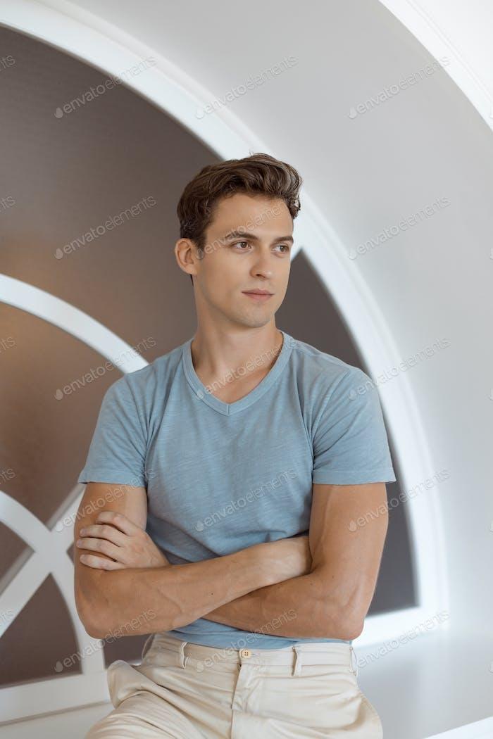 Denken gut aussehende Mann in der Nähe von Fenster