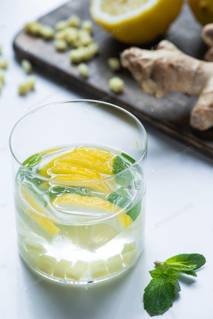 selektiver Fokus von frischer Ingwerlimonade im Glas mit Zitrone