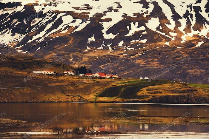 Island schöne Landschaft mit Bergen und Wasser, wildes schönes Panorama