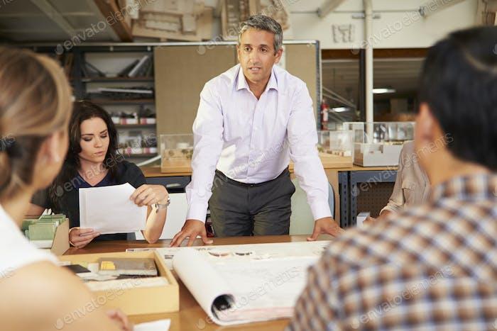 Männlich Chef führenden Treffen von Architekten sitzen am Tisch