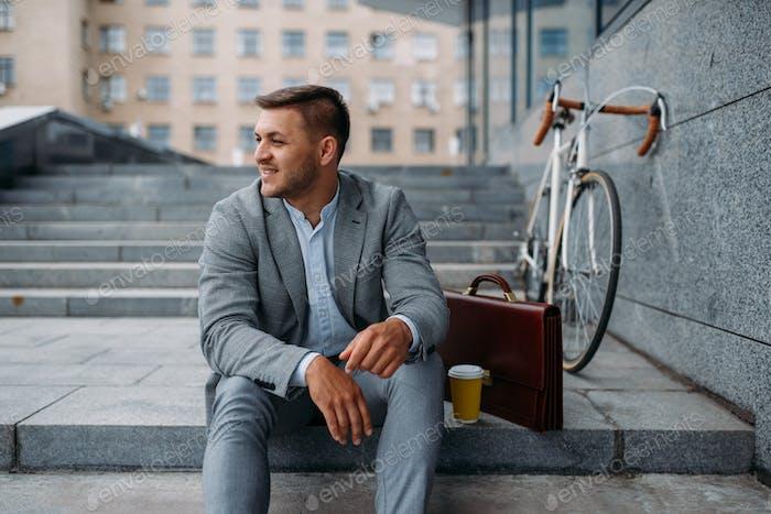 Geschäftsmann mit Fahrrad Mittagessen im Büro