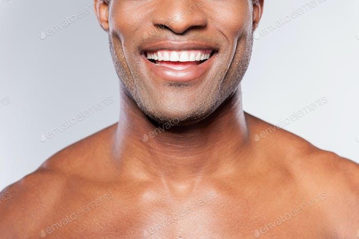 Mann mit perfektem Lächeln.