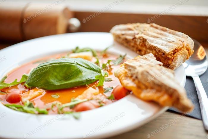 Teller mit köstlichen Gazpacho Suppe im Restaurant