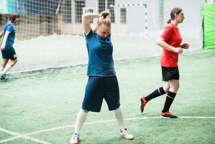 Foto De Loira Menina No Azul Esportes Uniforme Exercicio No Campo De Futebol Antes Do Jogo De Pressmaster Na Envato Elements