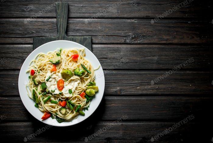 Pasta mit Rosenkohl, Brokkoli und Tomaten.