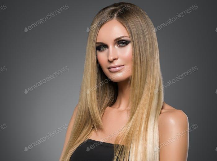 Haar schöne lange blonde Frisur Frau Mode Make-up gesunde Haut und Haare schwarzen Hintergrund