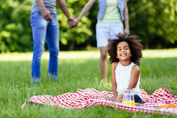 A criança está feliz quando os pais estão apaixonados