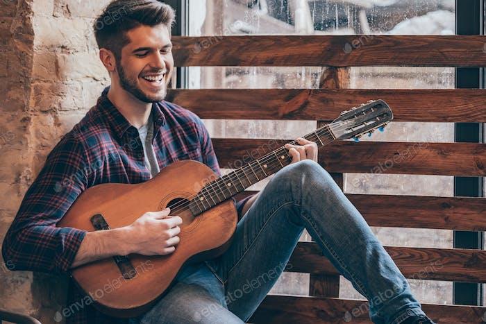 Fröhlicher Gitarrist.