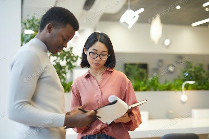 Asiatische Geschäftsfrau diskutieren Arbeit mit Kollegen