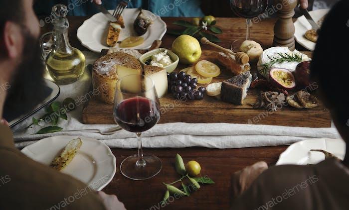 Gente disfrutando de un plato de queso Comida Fotografía idea receta