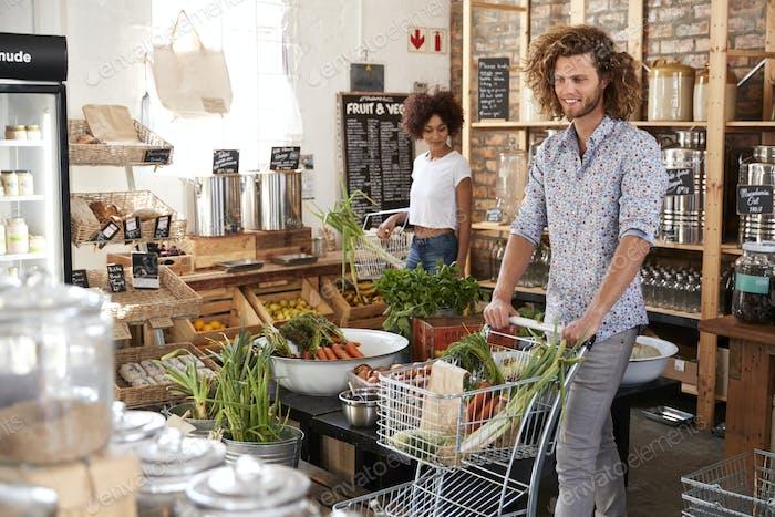 Einkäufer kaufen frisches Obst und Gemüse in nachhaltigen Kunststoff Free Lebensmittelgeschäft