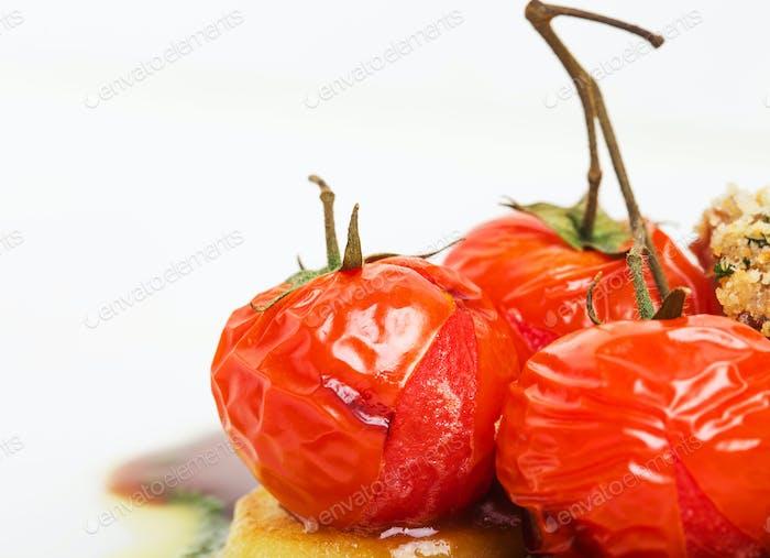 Tomaten Confit und Bratkartoffeln Nahaufnahme.