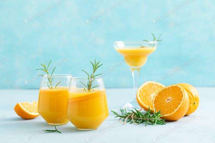 Sommerlicher erfrischender Honig-Bourbon-Cocktail mit Rosmarin und Oran