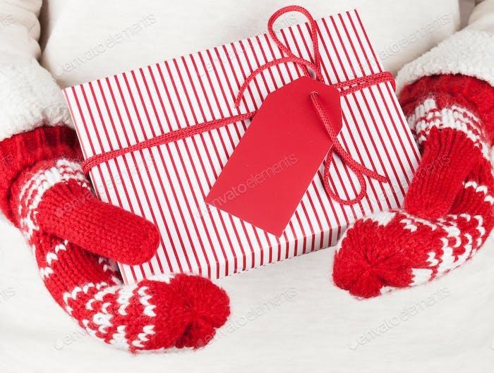 Weibliche Hände halten Weihnachtsgeschenk