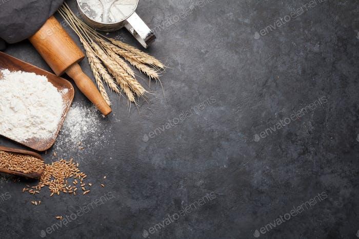 Brotzutaten. Weizen, Mehl und Kochutensilien