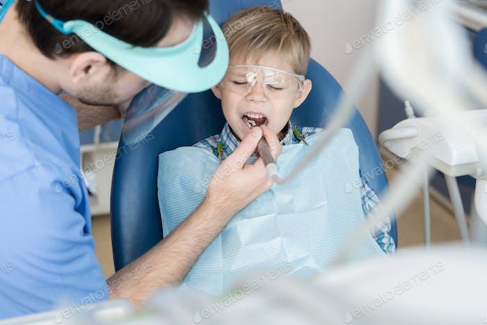 Little Boy Leiden an Zahnschmerzen