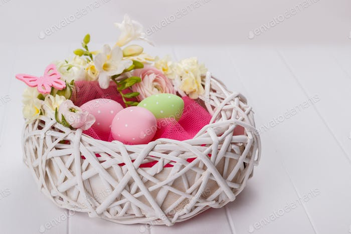 Korb von Ostereier mit Blumen