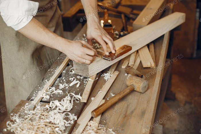 Thumbnail for Schöner Zimmermann arbeiten mit einem Holz