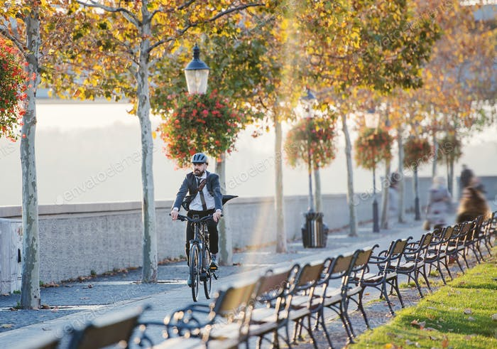 Hipster Geschäftsmann Pendler mit Fahrrad Reisen nach Hause von der Arbeit in der Stadt.