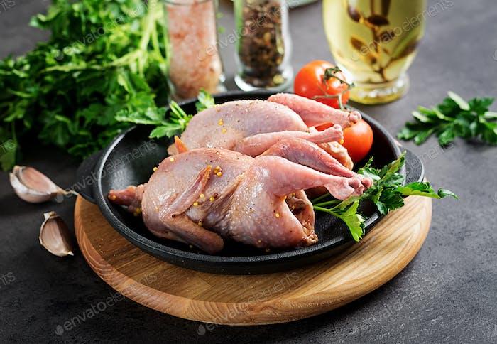 Rohe ungekochte Wachtel. Zutaten zum Kochen von gesundem Fleisch Abendessen.