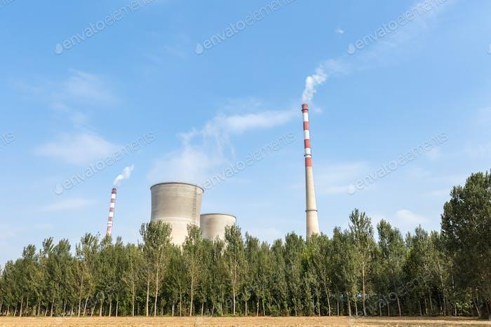 Wärmekraftwerk und Bäume