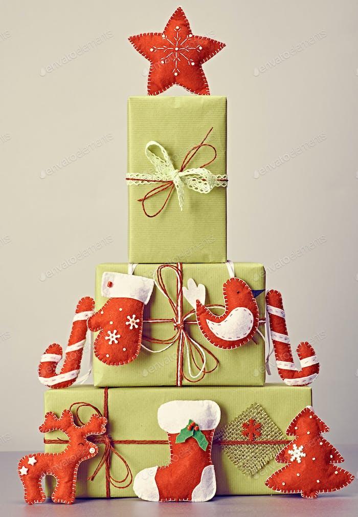 Cajas de regalo hechos a mano pila, como abeto árbol.Navidad